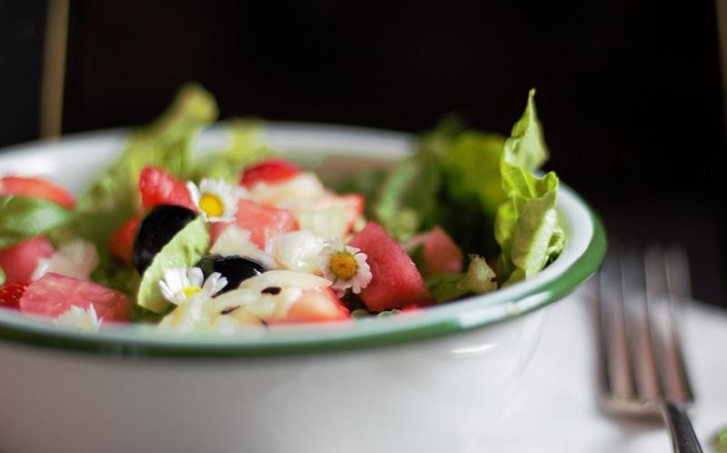 Fruchtsalat wörtlich – pikanter Salat mit süßen Früchtchen
