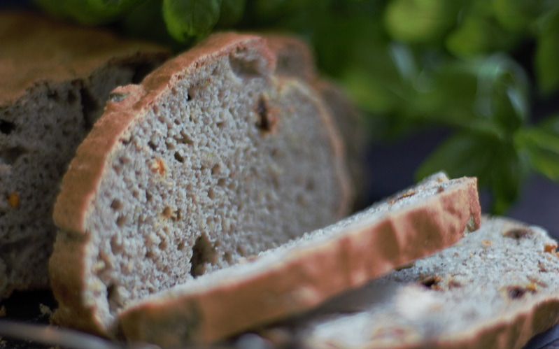 Mediterranes Brot – linolsäurearmer Genuss mit Tomate und Basilikum